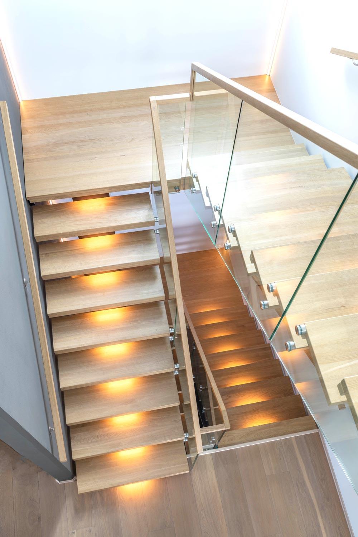 Designtrapp med 180 grader repo og glassrekkverk sidemontert glass boltet i trinn