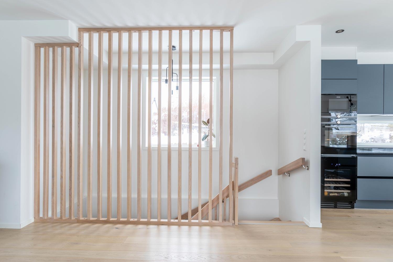 Trapp med underliggende vange, trinn og opptrinn i eik, hvit vange og uten trappenese. Spilevegg.