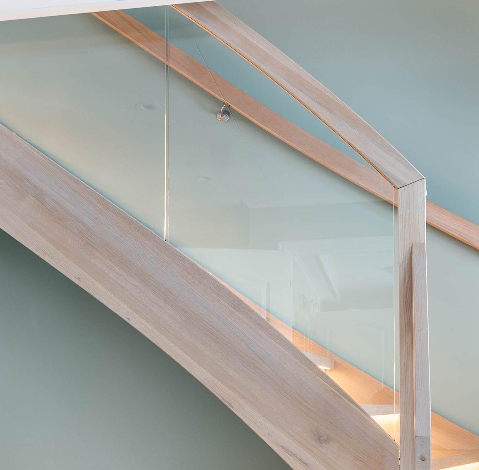 Innfrest glassrekkverk trapp